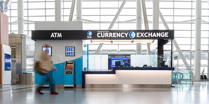 Comptoir d'International Currency Exchange et un guichet automatique.